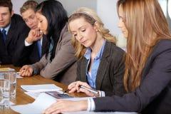 Team von 5 Geschäftsleuten, die an Berechnungen arbeiten lizenzfreie stockbilder