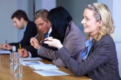 Team von 5 Geschäftsleuten, die an Dokumenten arbeiten Stockfotos
