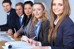 Team von 5 Geschäftsleuten, die an Schreibarbeit arbeiten Stockfotos
