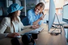 Team von Angestellten bespricht das Projekt und das Arbeits-overtim lizenzfreie stockfotografie