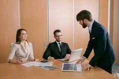 Team von den Architekten, die im Büro sich treffen Lizenzfreie Stockfotografie
