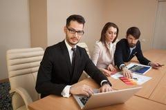 Team von den Architekten, die im Büro sich treffen Stockbild