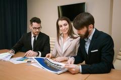 Team von den Architekten, die im Büro sich treffen Stockbilder
