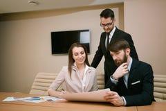 Team von den Architekten, die im Büro sich treffen Stockfotografie