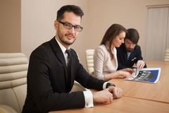 Team von den Architekten, die im Büro sich treffen Stockfotos