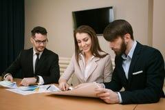 Team von den Architekten, die im Büro sich treffen Lizenzfreie Stockfotos