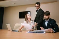 Team von den Architekten, die im Büro sich treffen Stockfoto
