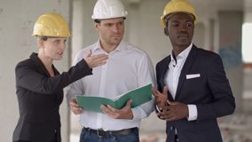 Team von den Architekten, die Wohnungsprojekt mit dem Gebäude vergleichen stock footage