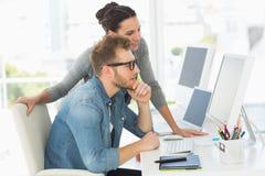 Team von den Designern, die den Computer betrachten lizenzfreie stockfotos