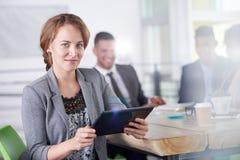 Team von den erfolgreichen Geschäftsleuten, die eine Sitzung im sonnenbeschienen vollziehendbüro haben Lizenzfreies Stockbild