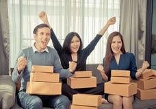 Team von den Freunden, die Erfolg im on-line-Bestellungserfolg feiern stockfotos