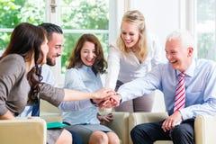 Team von den Geschäftsleuten, die Erfolg feiern Lizenzfreie Stockfotos