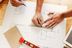 Team von den Ingenieuren, die in einem Architektenbüro arbeiten Lizenzfreies Stockfoto
