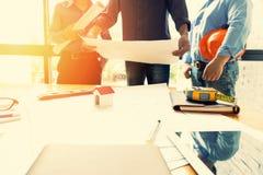 Team von den Ingenieuren, die in einem Architektenbüro zusammenarbeiten Stockbilder