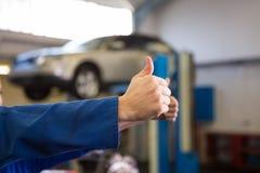 Team von den Mechanikern, die Daumen aufgeben Lizenzfreie Stockfotos
