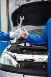 Team von den Mechanikern, die zusammenarbeiten Stockfoto