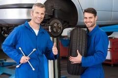 Team von den Mechanikern, die zusammenarbeiten Stockbilder
