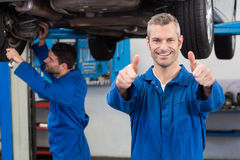 Team von den Mechanikern, die zusammenarbeiten Lizenzfreies Stockbild