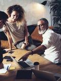 Team von den Mitarbeitern, die große Arbeitsdiskussion im modernen Büro machen Junges Geschäftsteamwork-Konzept Bärtiger Mann, de Stockbild