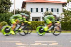 Team von den Radfahrern verwischt für Geschwindigkeit in einem chrono Radrennen Stockfoto