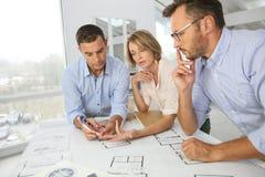 Team von den treffenden und arbeitenden Architekten Stockfoto