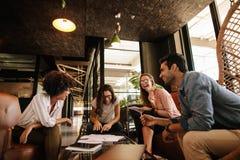 Team von den Unternehmensfachleuten, die freundliche Diskussion haben lizenzfreies stockbild