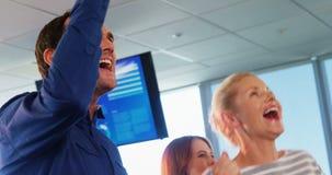 Team von den Unternehmensleitern, die ihren Erfolg feiern stock footage