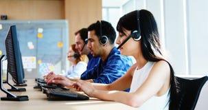 Team von den Unternehmensleitern, die am Schreibtisch zusammenarbeiten stock video footage