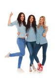 Team von den zufälligen jungen Frauen, die das okayzeichen machen Stockfotografie