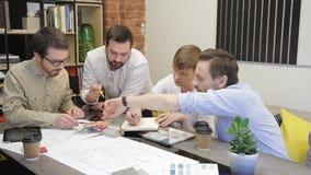 Team von Designern entwickelt ein Projekt für Design des Raumes stock video footage