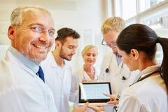 Team von Doktoren, die Diagnose vorbereiten stockfotografie