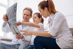 Team von Doktoren, die einige medizinische Sachen ihrem Patienten erklären Lizenzfreies Stockbild