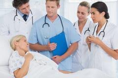 Team von Doktoren, die mit ihrem Patienten sprechen Lizenzfreie Stockfotografie