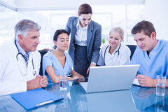 Team von Doktoren und von Geschäftsfrau, die eine Sitzung haben lizenzfreie stockfotos