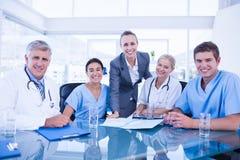 Team von Doktoren und von Geschäftsfrau, die eine Sitzung haben stockfoto