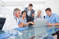 Team von Doktoren und von Geschäftsfrau, die eine Sitzung haben stockbilder