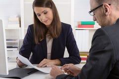 Team von erfolgreichen Geschäftsleuten in einer Sitzung stockfotos
