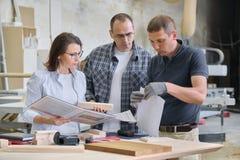 Team von Holzbearbeitungswerkstattarbeitskräften besprechen sich Gruppe von Personenen-Kunde, -designer oder -ingenieur und -arbe stockfotos