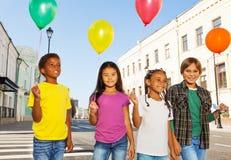 Team von Kindern mit der bunten Ballon-Stellung Stockfotografie