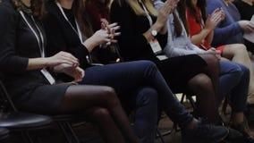 Team von Leuten applaudieren oder klatschen ihre Hände stock video