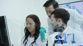 Team von Wissenschaftlern der medizinischen Forschung arbeiten an Computern im modernen Labor stock footage