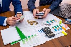 Team werkende sprekende begroting stock foto's