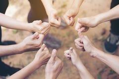 Team Work Concept: Gruppe verschiedene Hände schlagen zusammen oben von Lizenzfreie Stockfotografie