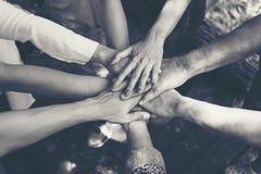 Team Work Concept: Gruppe verschiedene Hände zusammen Quer-Proces stockfotos