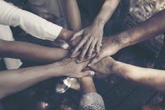 Team Work Concept: Gruppe verschiedene Handzusammen Querverarbeitung von jungen Leuten in der Natur stockbilder