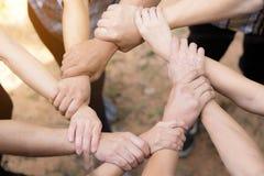 Team Work Concept: Gruppo di diverse mani insieme Proces trasversale immagine stock libera da diritti