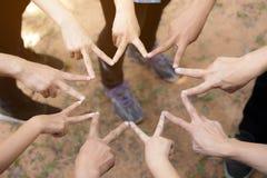 Team Work Concept : Le groupe de mains diverses tiennent le premier rôle ensemble le processus Images libres de droits
