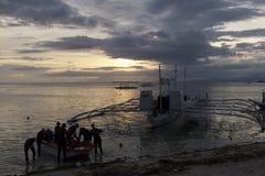 Team Work på skymning, Panglao ö, Bohol, Filippinerna Arkivfoton