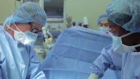Team Working In Operating Theatre cirúrgico video estoque