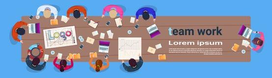 Team Working Sit At Desk créatif dans les gens d'affaires modernes de groupe de vue d'angle supérieur de bureau faisant un brains Illustration de Vecteur